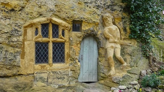 800px-The_Chapel_of_Our_Lady_of_the_Crag_entrance,_Knaresborough,_Yorkshire